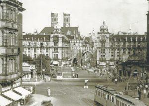 Aufnahmen wie Wimmelbilder: Der Münchner Stachus in den 1930-er Jahren. Foto: Verlag und Bildarchiv Sebastian Winkler