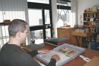 Mögliche Motive für seine Postkarten archiviert Sebastian Winkler gewissenhaft. Foto: Schnieders