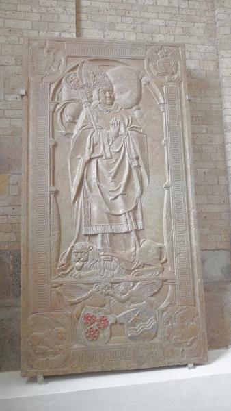 Die Grabplatte des letzten katholischen Bischofs von Ribe: Iver Munk.